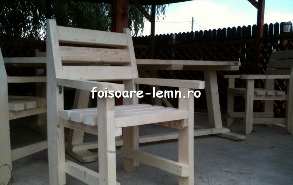 Scaun din lemn masiv